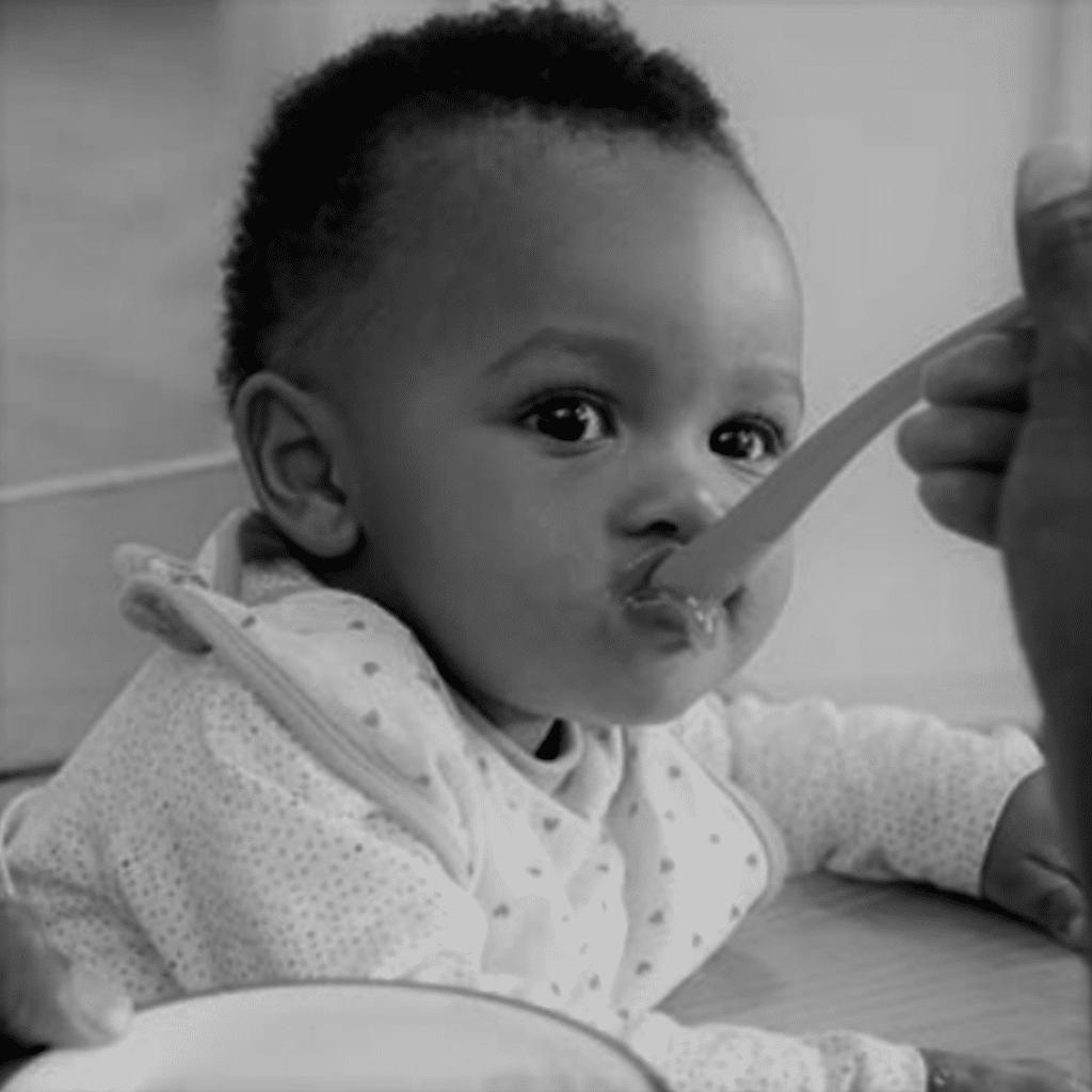 bébé mange gouter